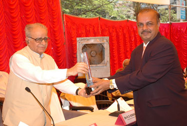 Receiving Memento from Governor of Karnataka